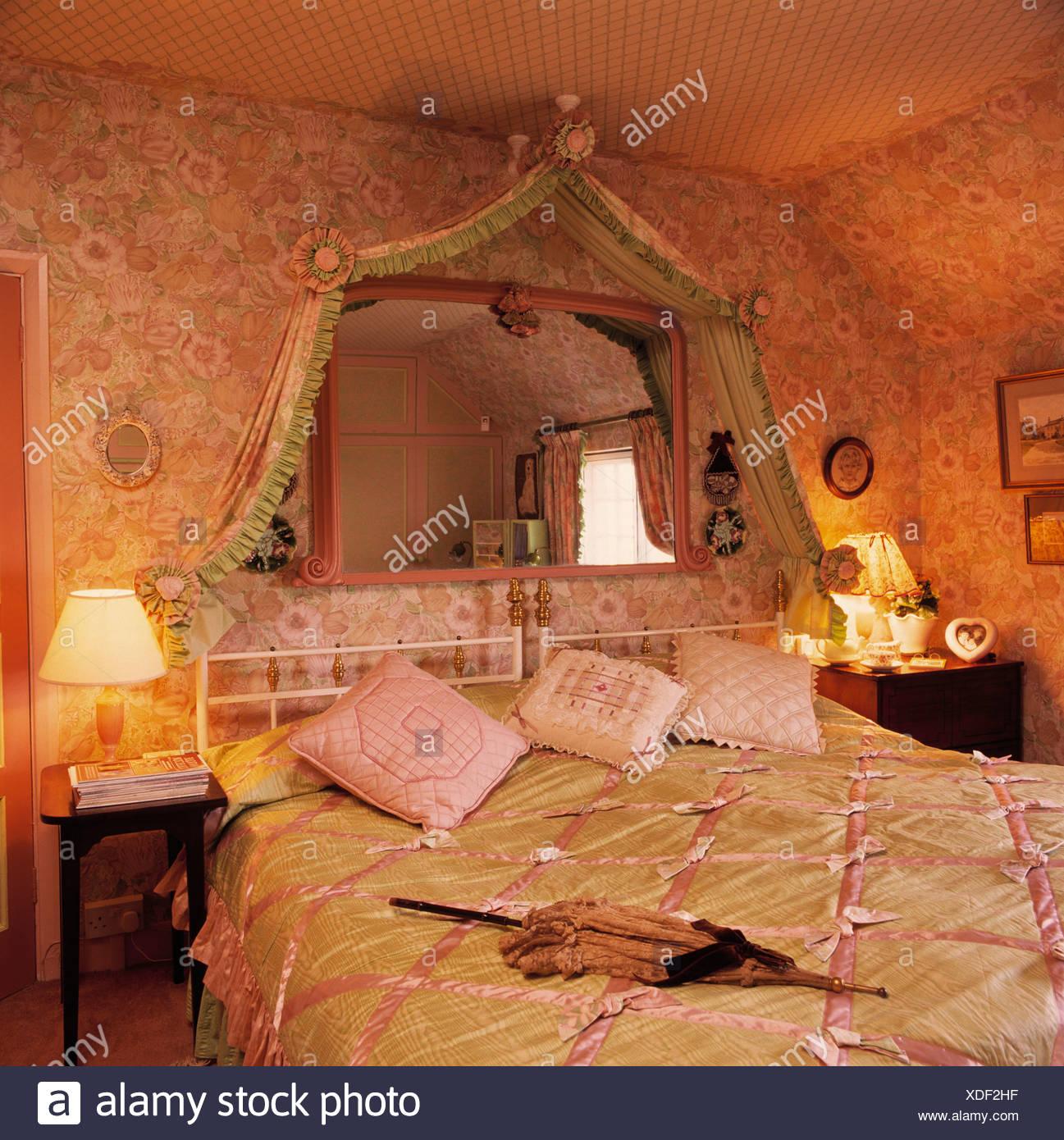 Spiegel Uber Dem Bett Mit Rosa Und Grun Satin Quilt In Schlafzimmer