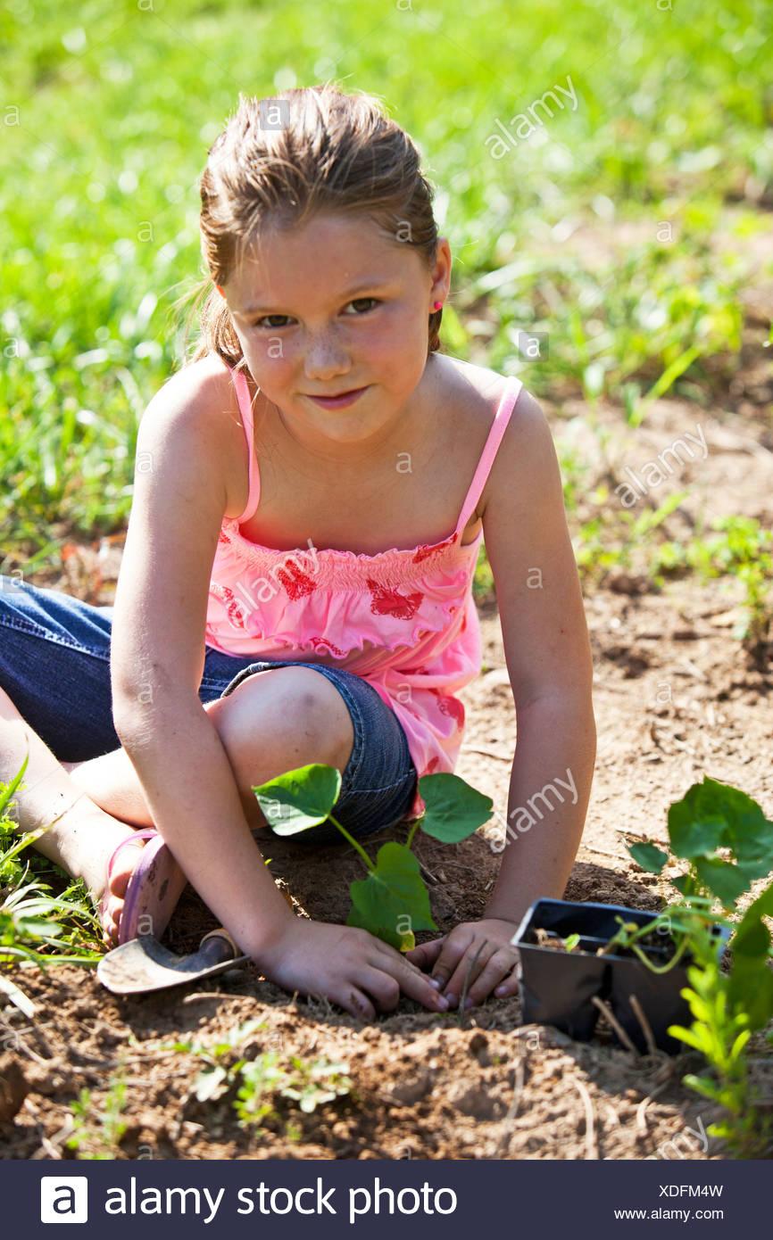 Junges Mädchen Pflanzen einen süßen Pototo slip Stockbild