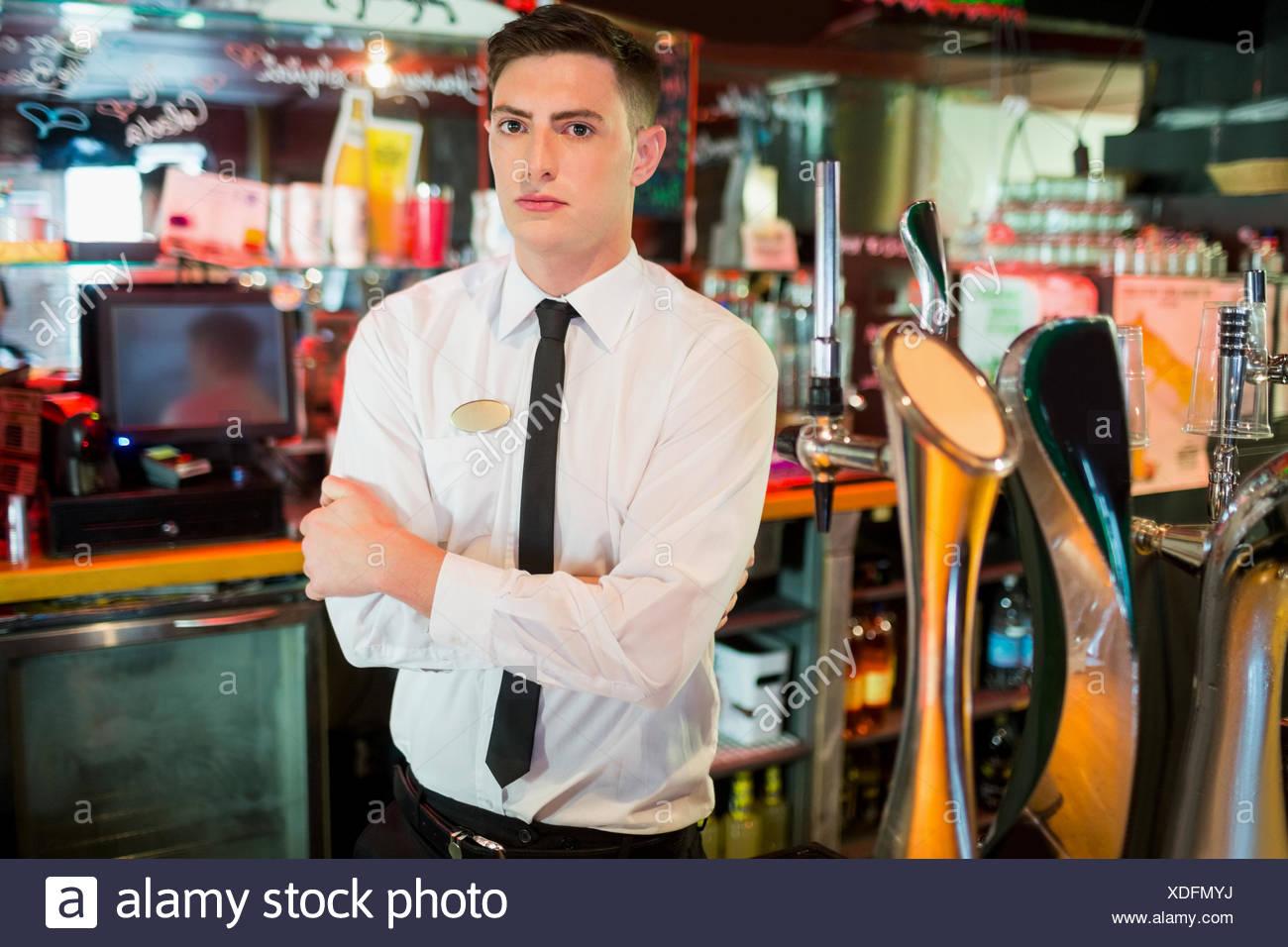 Gut gekleidete Barkeeper mit verschränkten Armen Stockbild