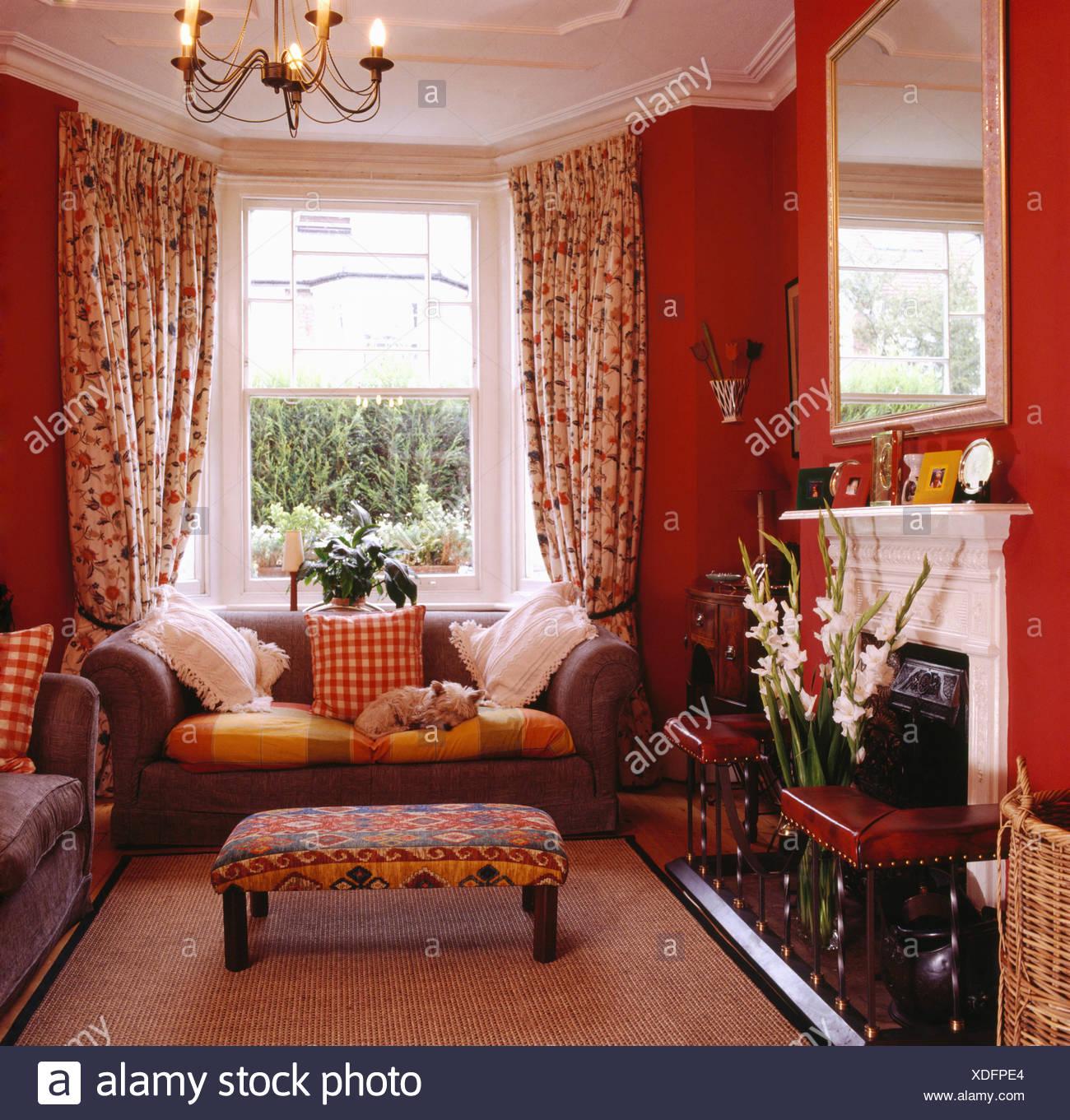 Sofa Vor Fenster gepolsterte hocker und grauen sofa vor fenster mit floral gardinen