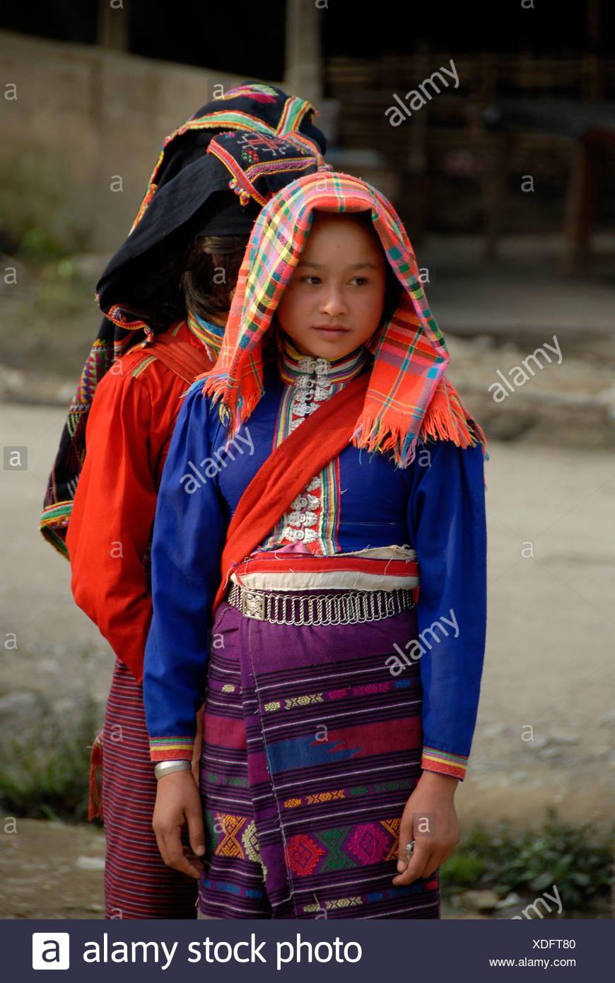 Junge Frauen von der ethnischen Gruppe der Tai Dam tragen traditionelle Kleidung, Muang Mai, Provinz Phongsali, Laos, Südostasien Stockbild