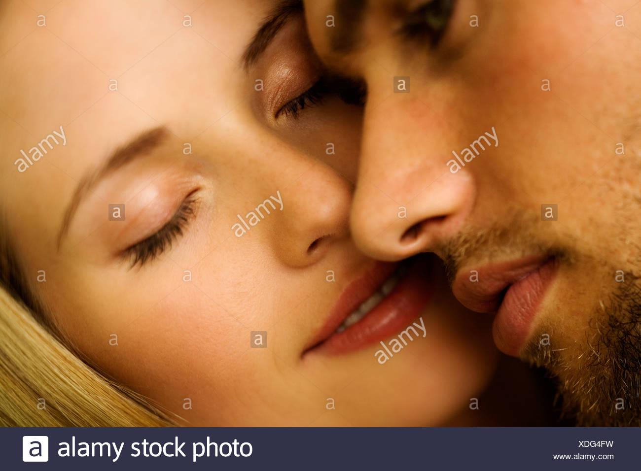 Porträt eines jungen Paares in der Liebe, Augen geschlossen Stockbild