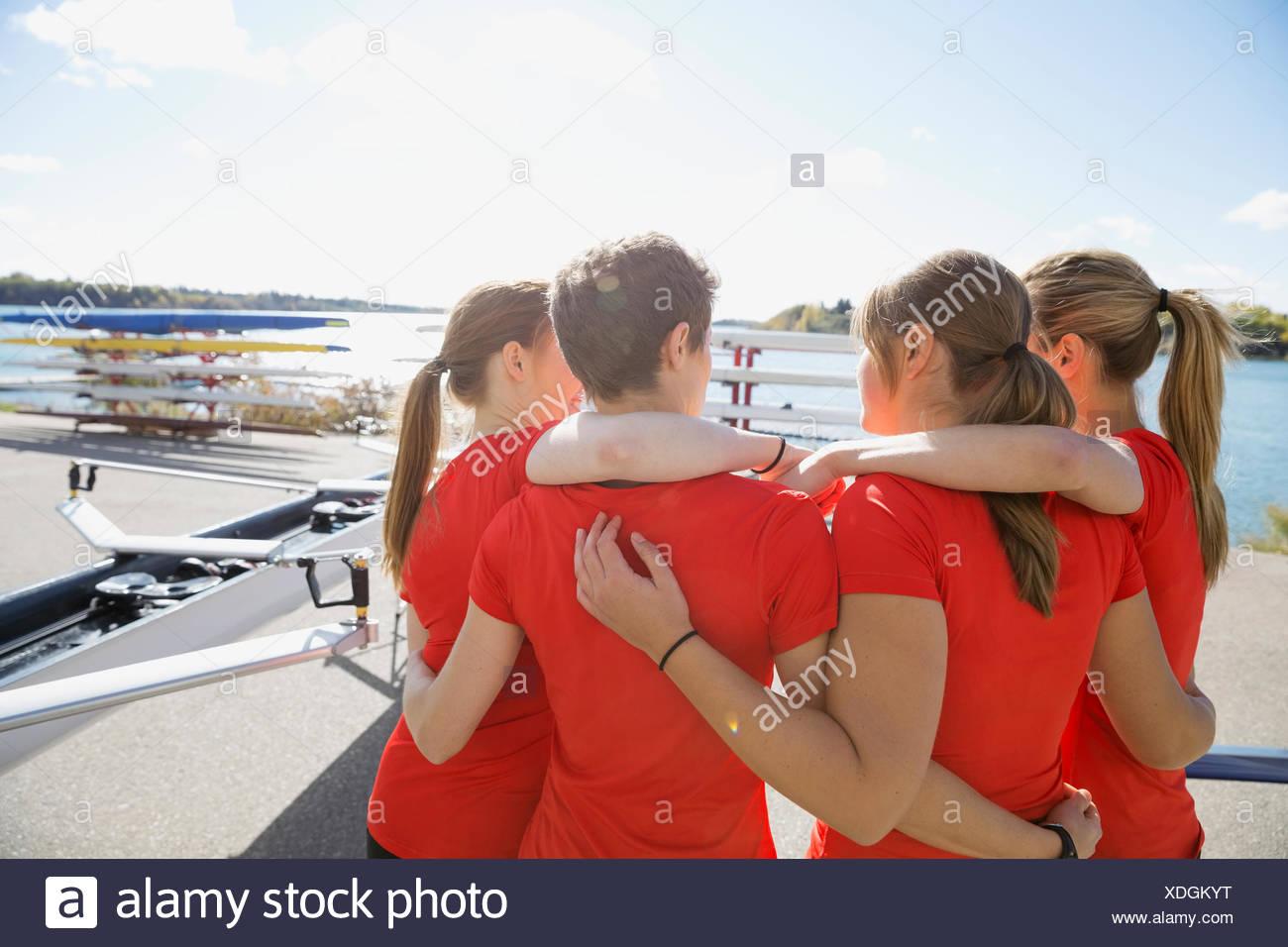 Rudern, Team umarmt im waterfront Stockbild