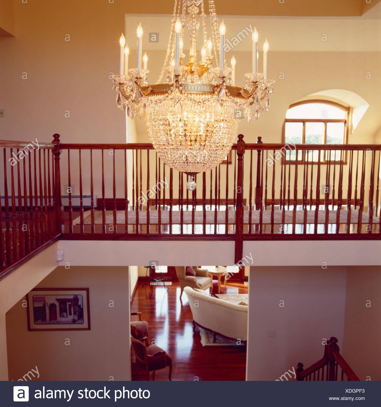Großes Glas Kronleuchter über Moderne Landung Mit Blick Auf Wohnzimmer  Durch Die Offene Tür