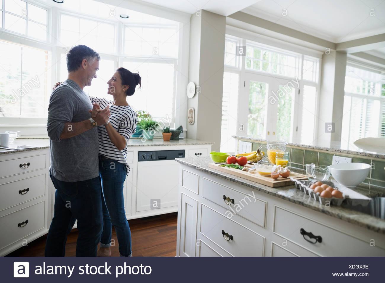 Romantisch zu zweit tanzen in Küche Stockfoto, Bild: 283728298 - Alamy