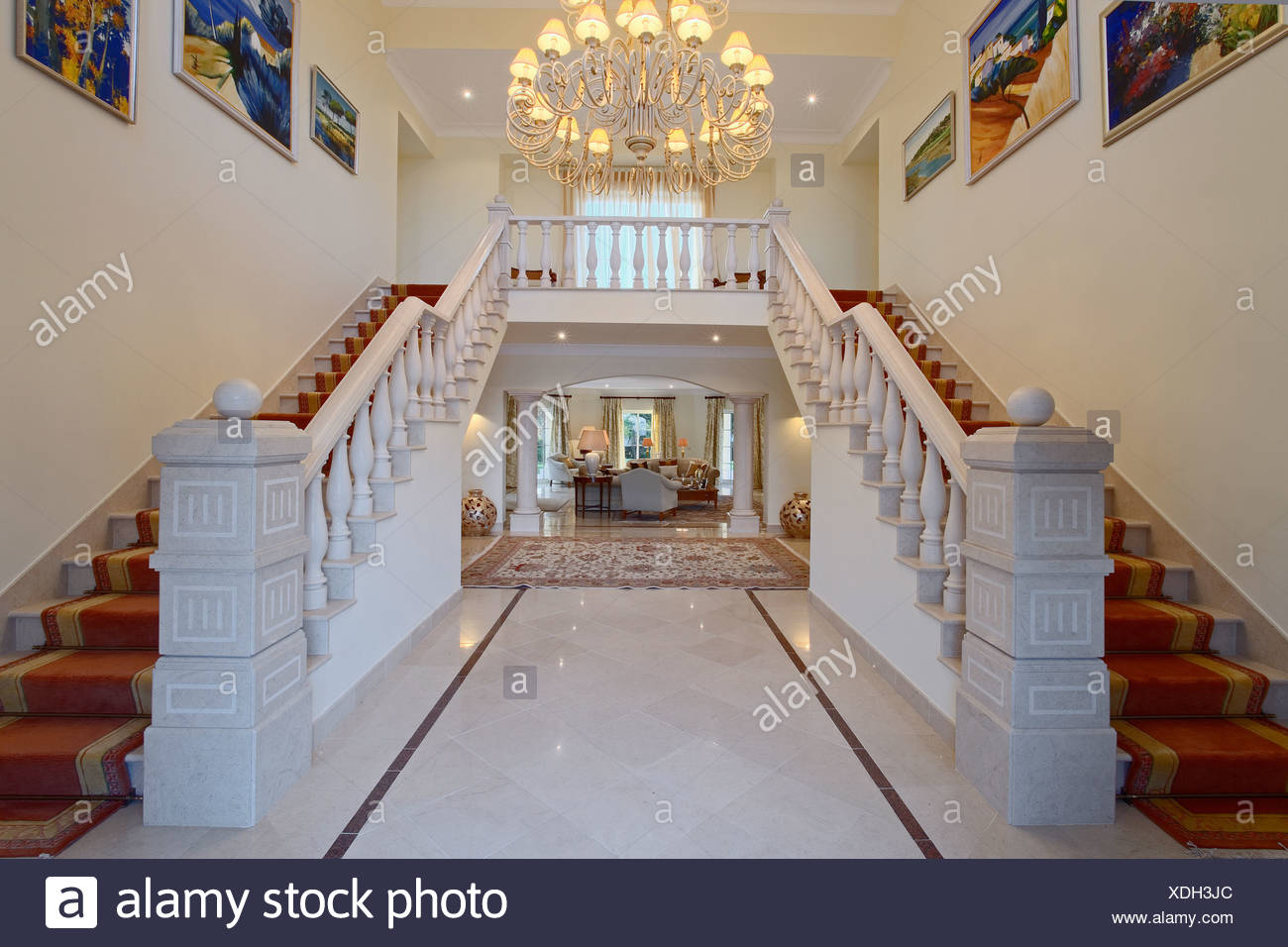 Kronleuchter Treppe ~ Moderner kronleuchter in halle mit doppelte treppe und marmor boden