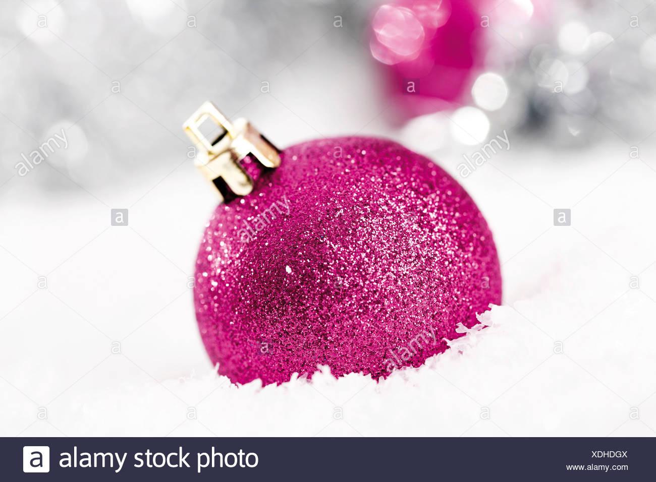 Glitzer Christbaumkugeln.Rosa Glitzer Christbaumkugeln Auf Schnee Mit Weihnachtsschmuck