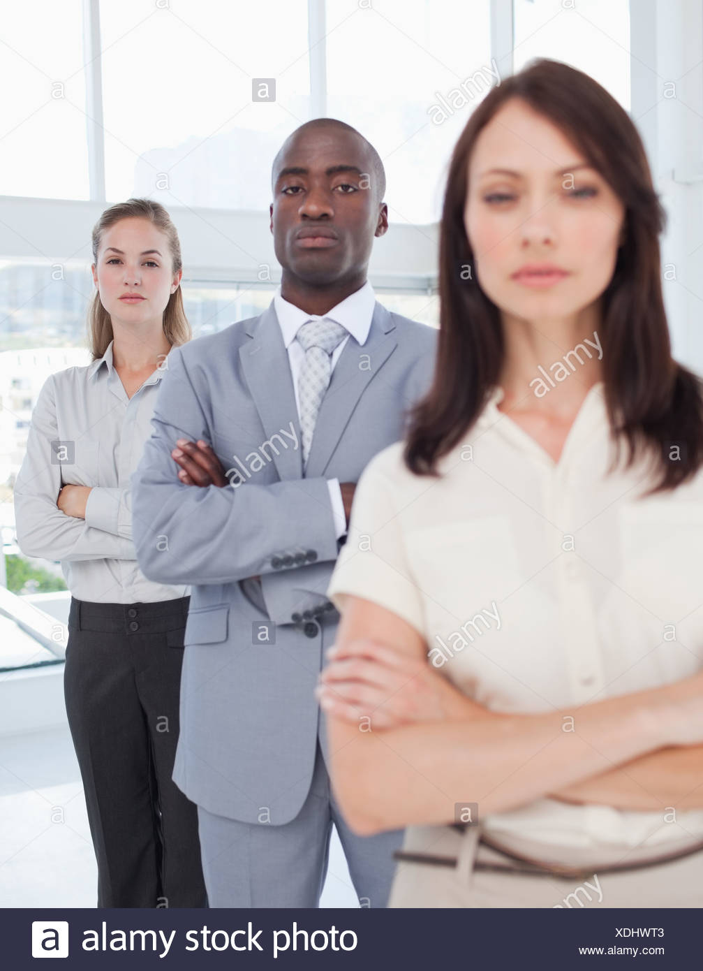 Zwei Kollegen, die ihre Gelenkarme, wie sie hinter ihrer Mitarbeiter stehen Stockbild