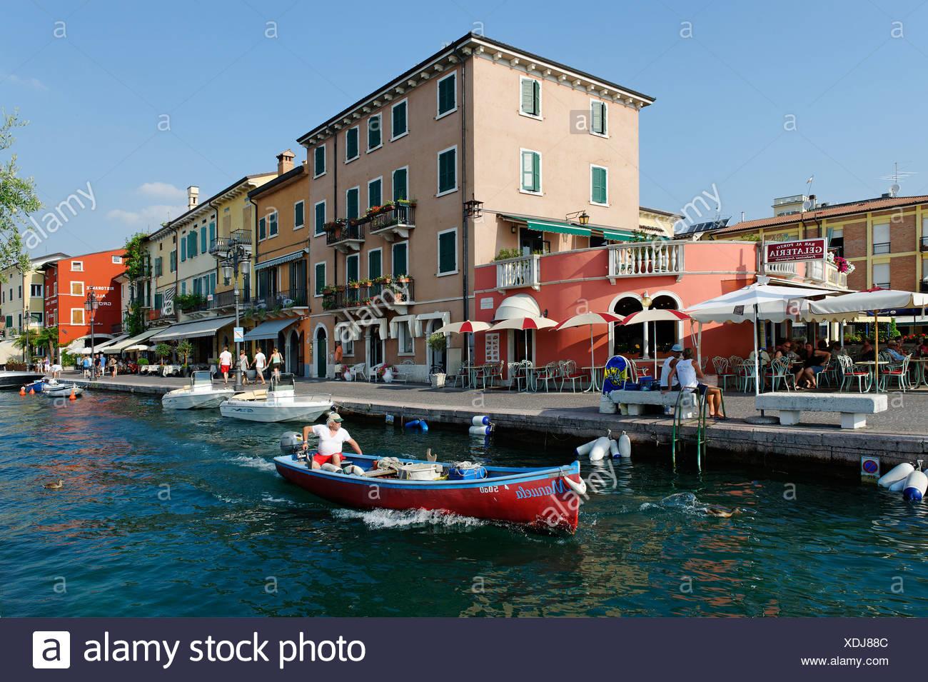 Seepromenade in Lazise am Gardasee, Lago di Garda, Venetien, Italien, Europa Stockbild