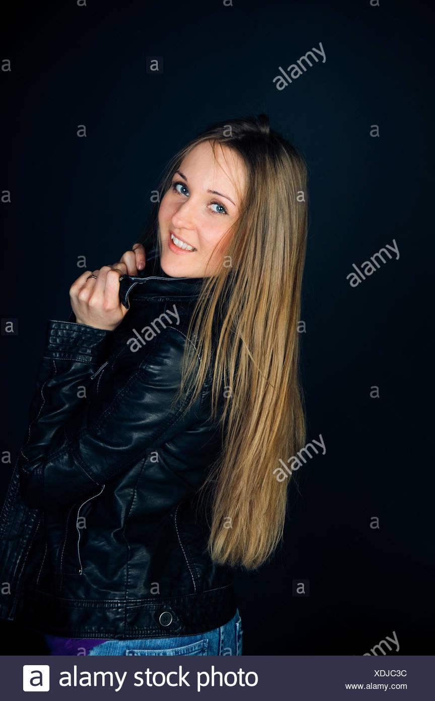 glückliche Frau mit langen Haaren. Studio gedreht Stockbild