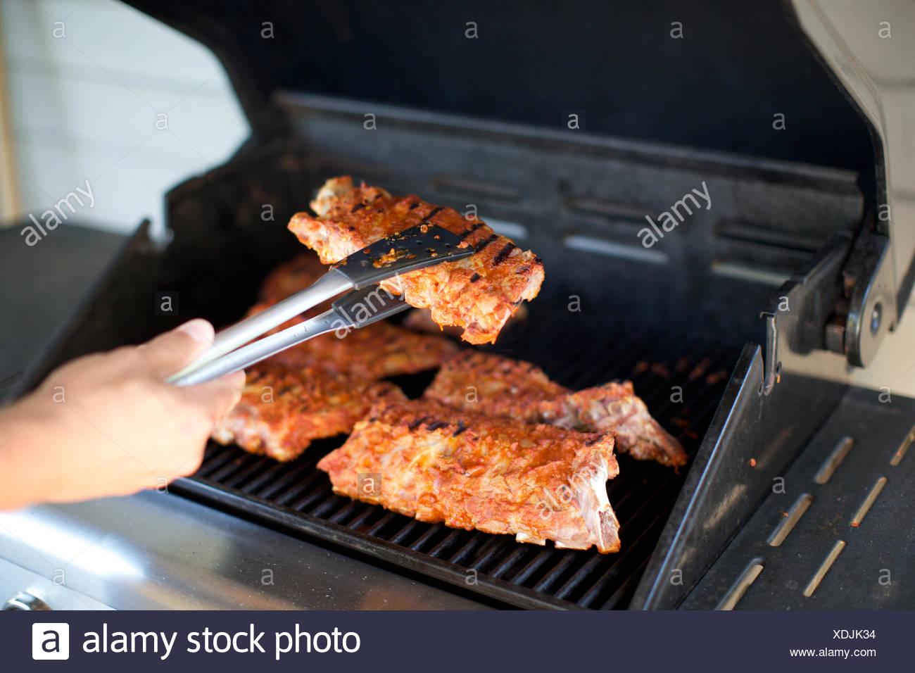 Grille Spareribs På Gasgrill : Spareribs auf grill kochen die hand griff gegrilltes fleisch