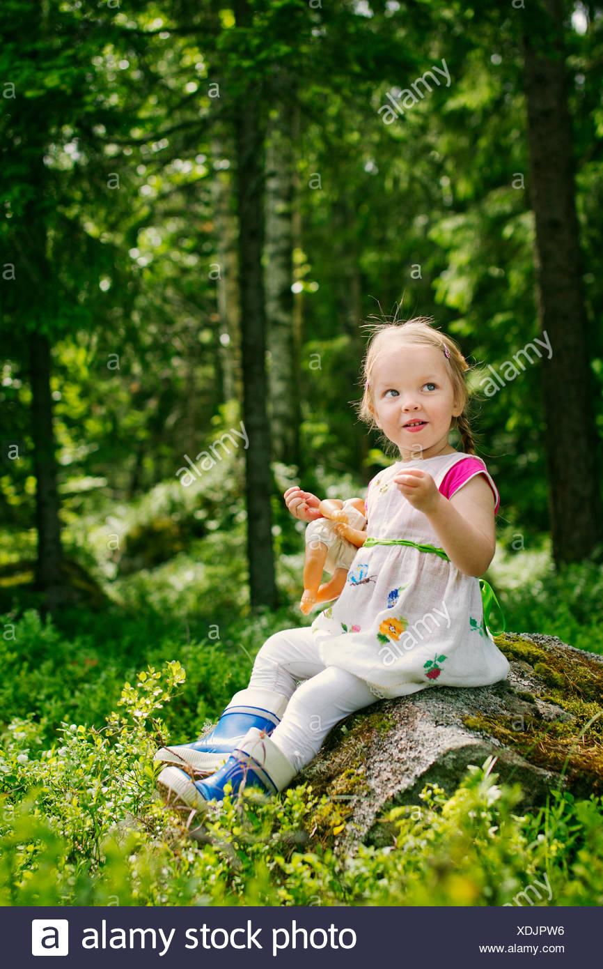 Finnland, Paijat-Hame, Mädchen (2-3) mit Puppe im Wald spielt Stockfoto