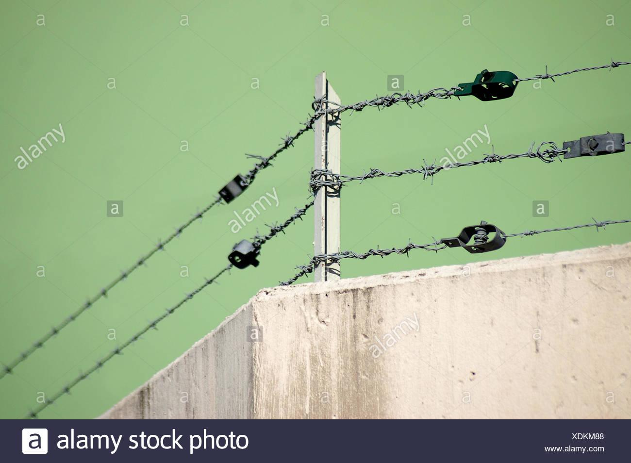 Private Grune Betonwand Zaun Stacheldraht Eingezaunt Verbot