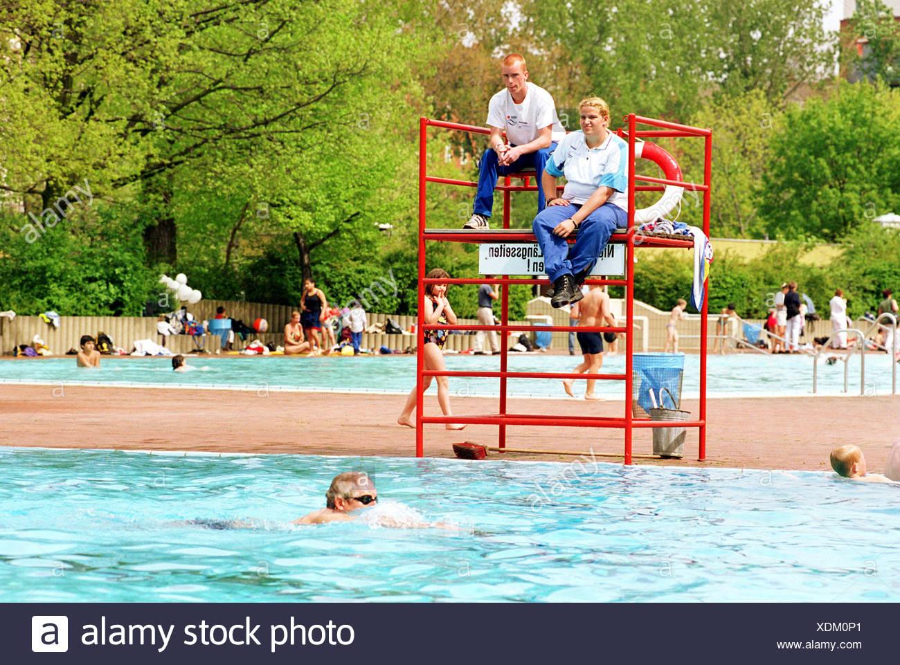 Bademeister in einem Schwimmbad in Berlin-Kreuzberg Stockbild