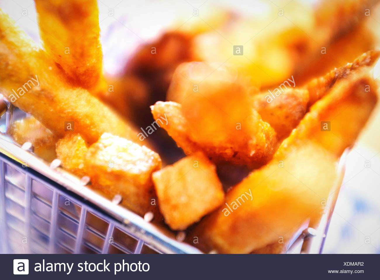 Nahaufnahme von Pommes frites im Container Stockbild