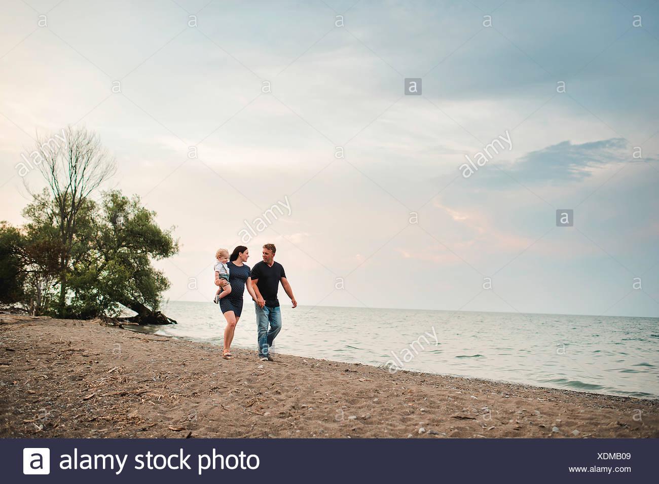 Schwangere paar Strand entlang schlendern mit männlichen Toddlersohn, Lake Ontario, Kanada Stockfoto