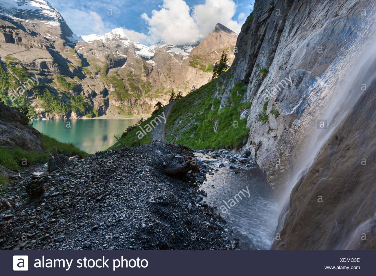 See des Oeschinensees, Schweiz, Europa, Kanton Bern, Berner Oberland, Kandertal, Bergsee, Berge, See, Wasserfall Stockbild