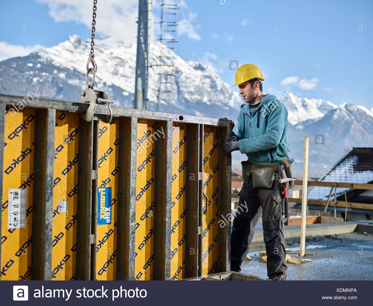 Bauarbeiter Schalung Wand mit Kran heben Vorbereitung gerahmte Schalung, Kolsass, Innsbruck Land, Tirol, Österreich Stockbild