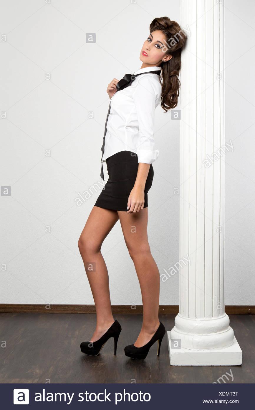 the latest 01363 2c535 Junge Frau trägt eine weiße Bluse, einen schwarzen Rock und ...
