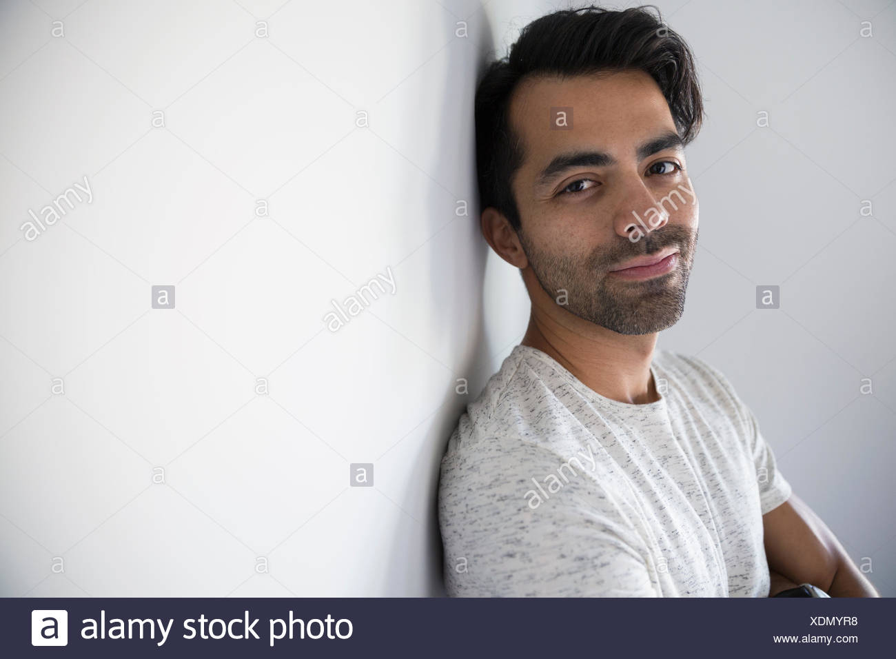 Porträt, Lächeln, Mann mit schwarzen Haaren und Stoppeln Stockbild