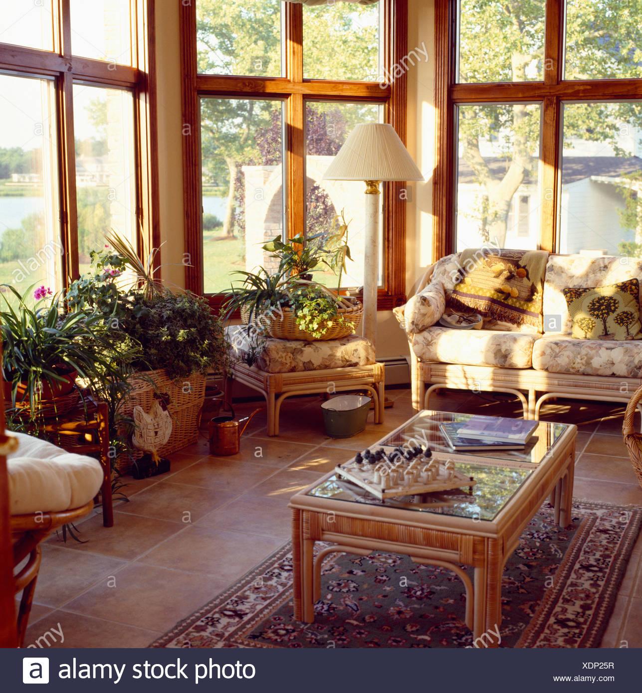 Fabulous Wintergarten-Wohnzimmer mit floralen Kissen auf Wicker Sofa und IW87