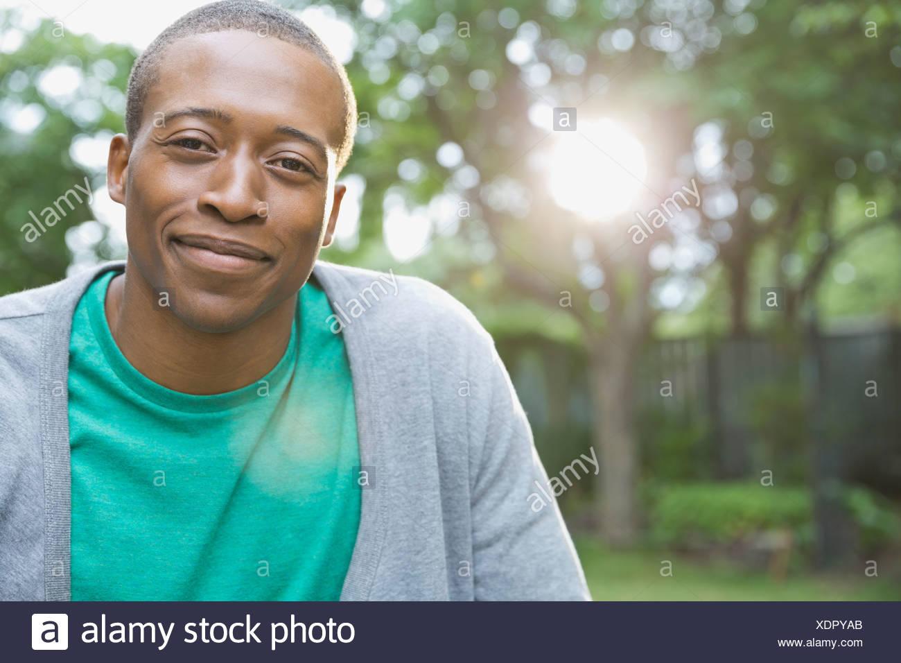 Porträt von lächelnden Mann in Hof Stockbild