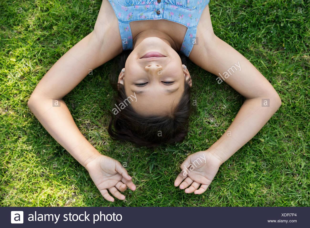 Obenliegende Porträt Brünette Mädchen Verlegung in Rasen Stockbild