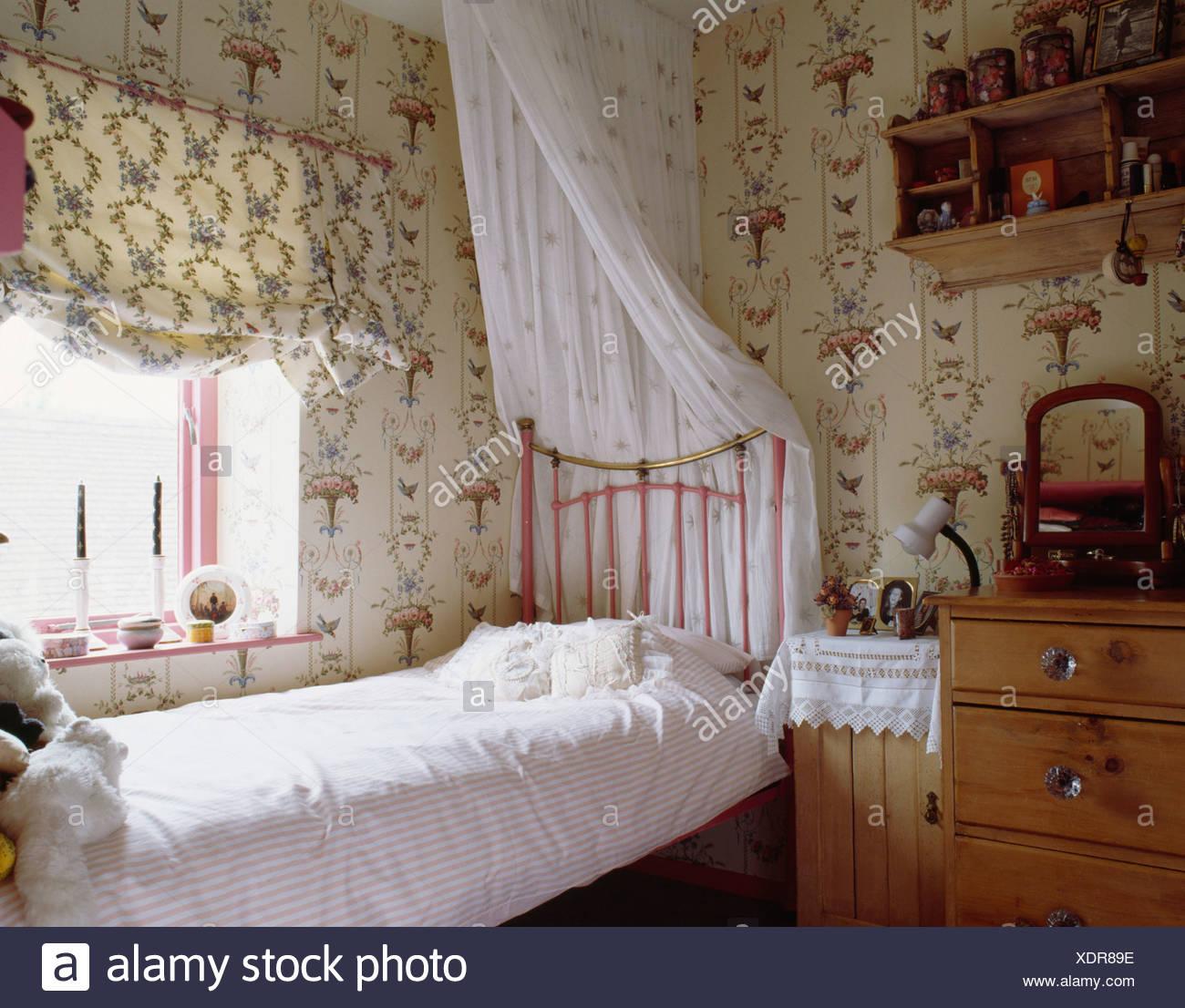 Mustertapeten und Blind in Teenager Mädchen Schlafzimmer mit weißen ...