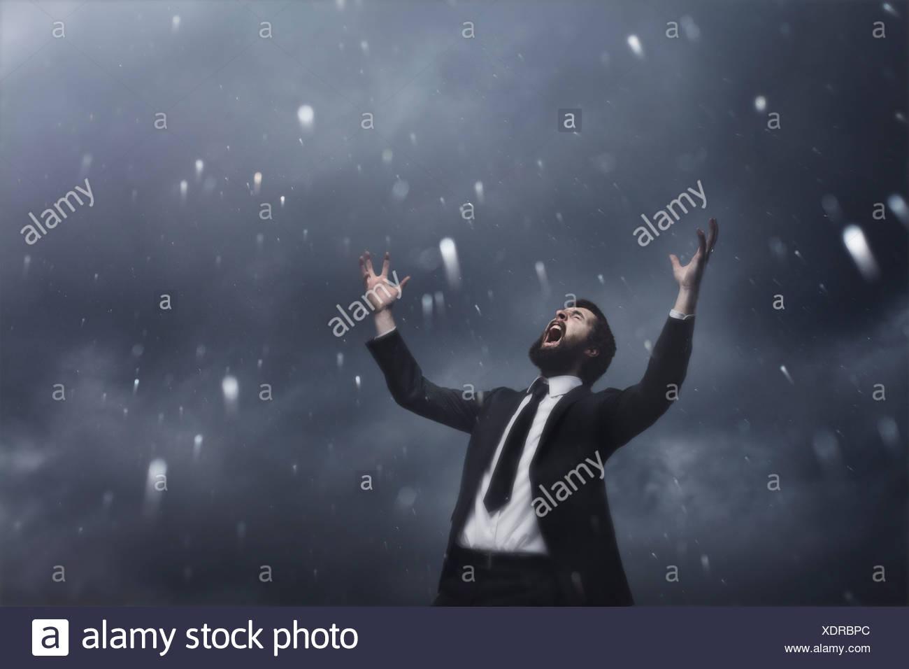 Mann im Regen Stockbild