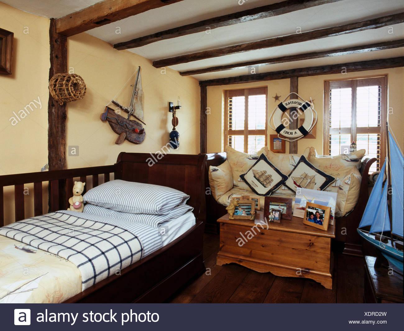 Alte Kiefern Truhe in jungen nautischen Themen Schlafzimmer ...