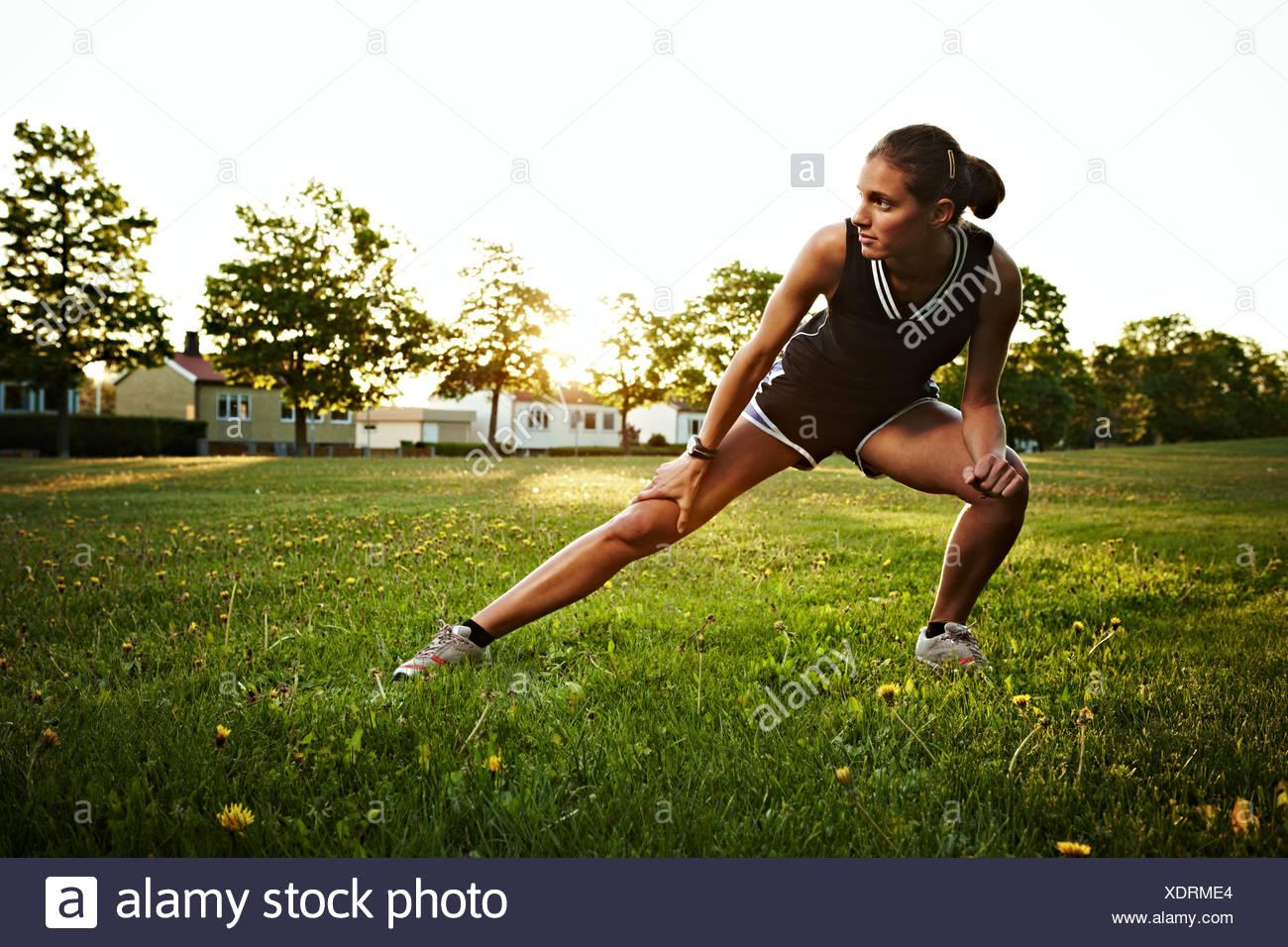 Junge Frau tun stretching Übungen im Freien, Schweden. Stockbild