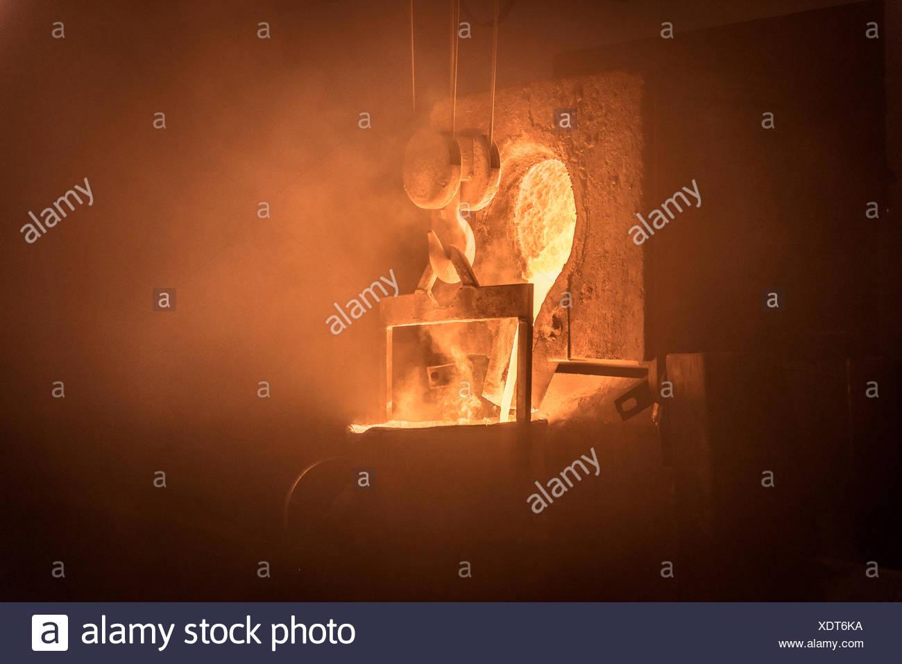 Geschmolzenes Metall ausgegossen in Gießerei Stockbild