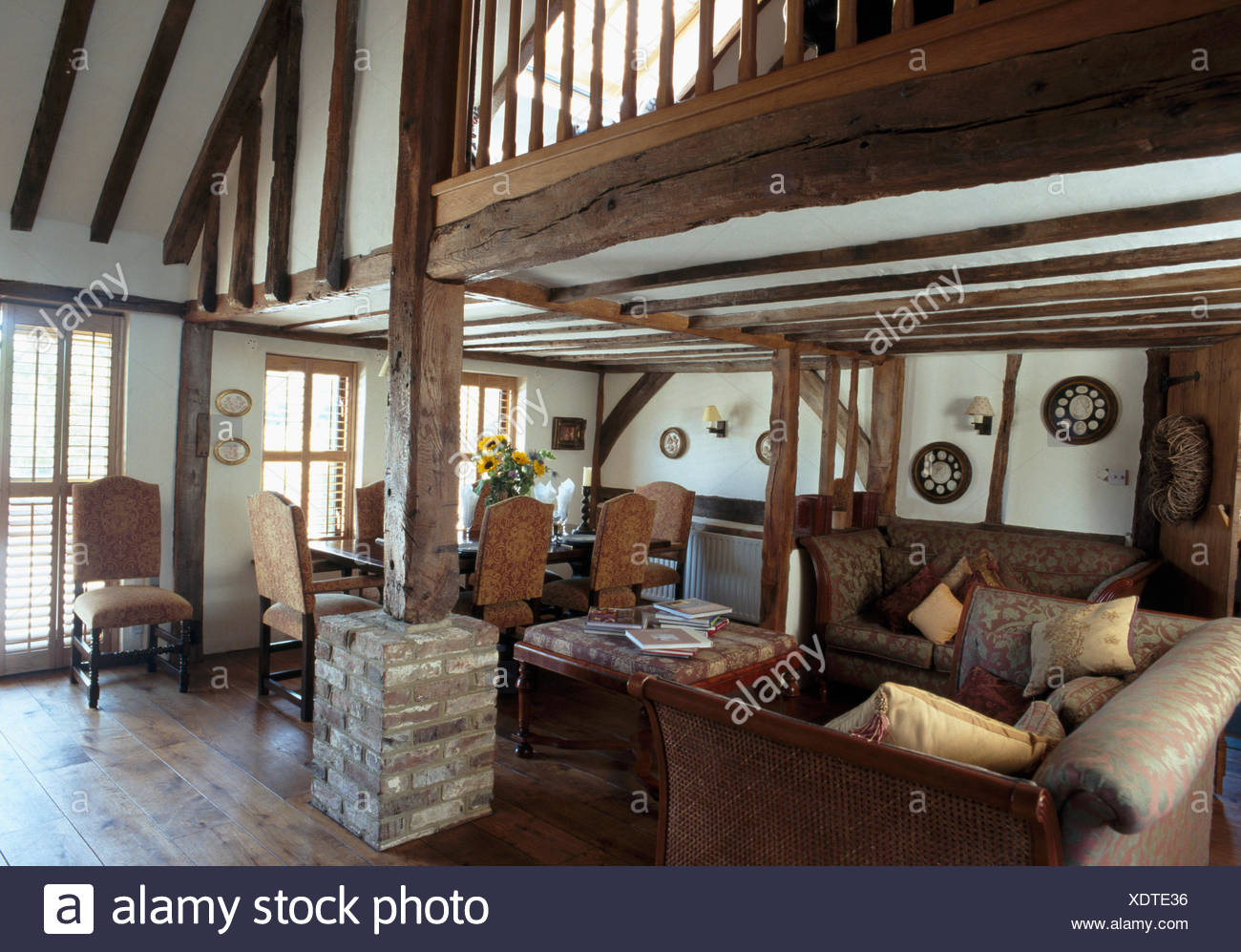 Wohnzimmer mit Mezzanine und Holzbalken Stockfoto, Bild ...
