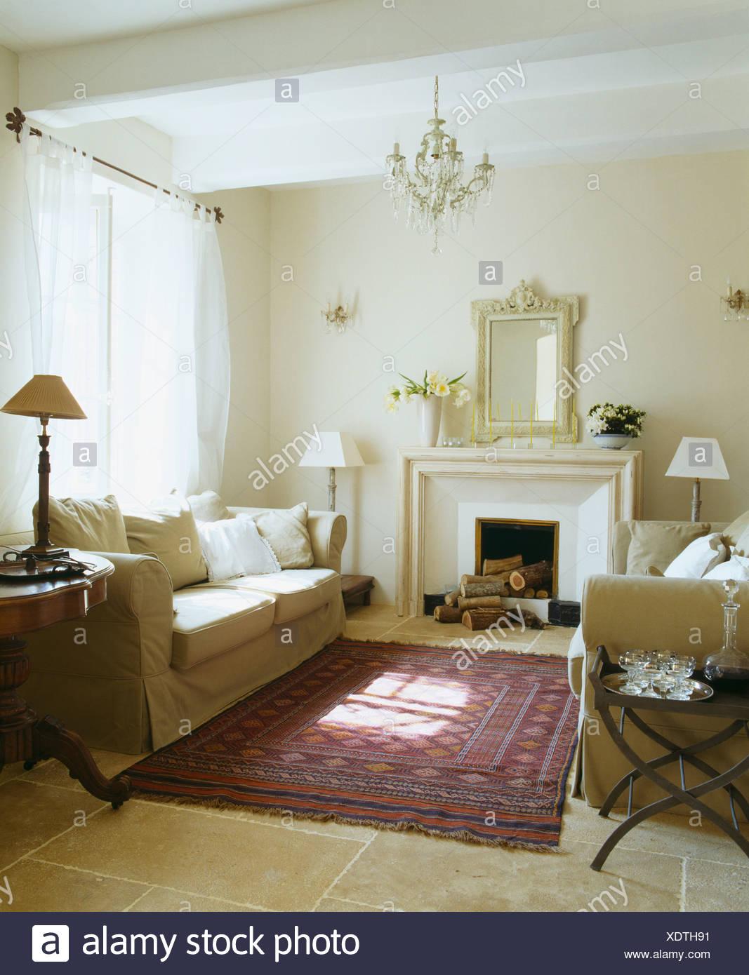Cremefarbene Sofas und Voile Vorhänge in weißen französischen
