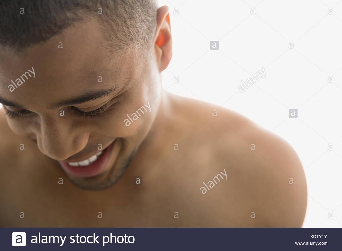 Nahaufnahme von nackten Oberkörper Mann blickte Stockbild