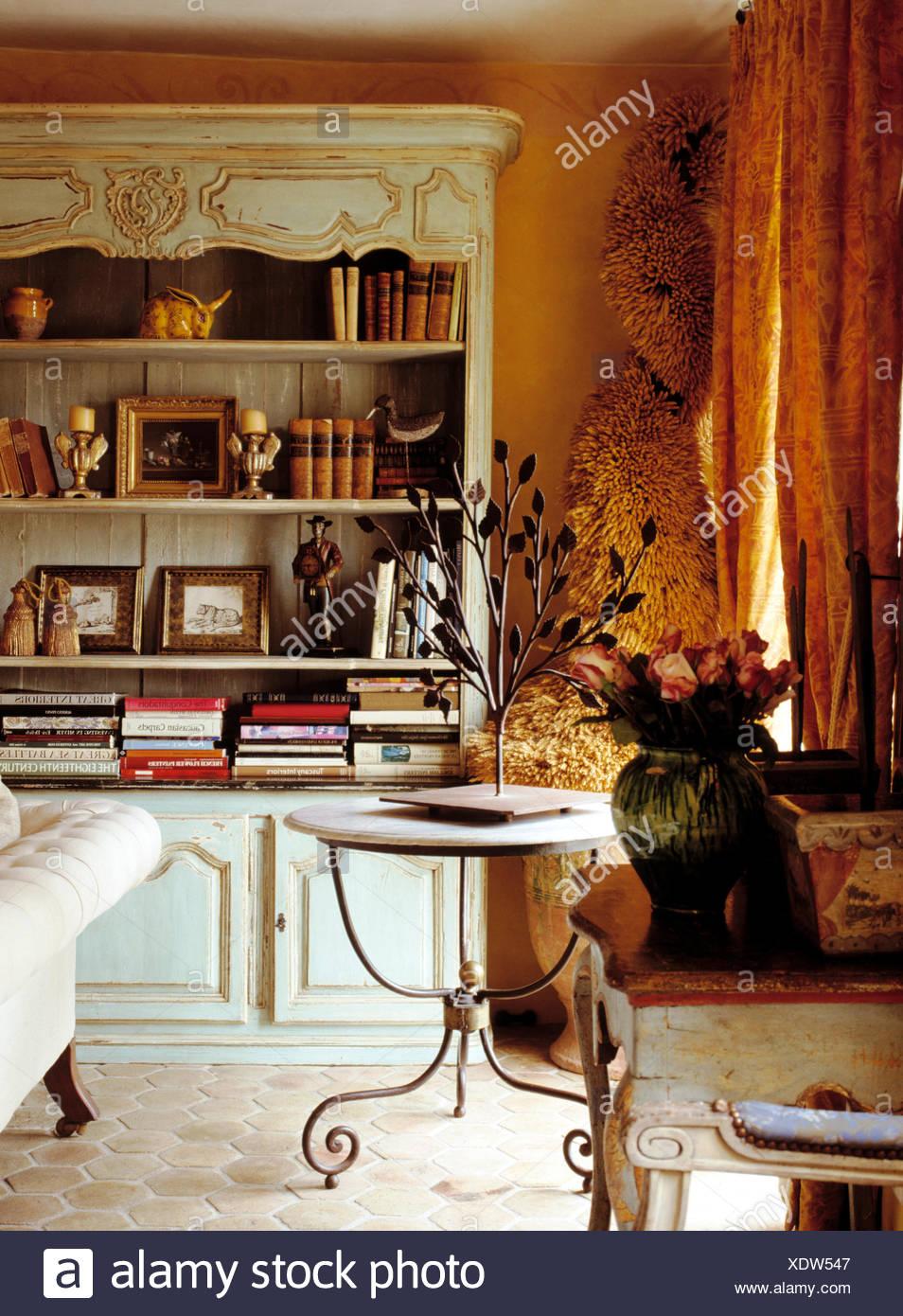 Blass Grün Und Vergoldeten Gemalt, Französische Kommode Und Kreisförmige  Marmor Und Gusseisernen Tisch In Französischer