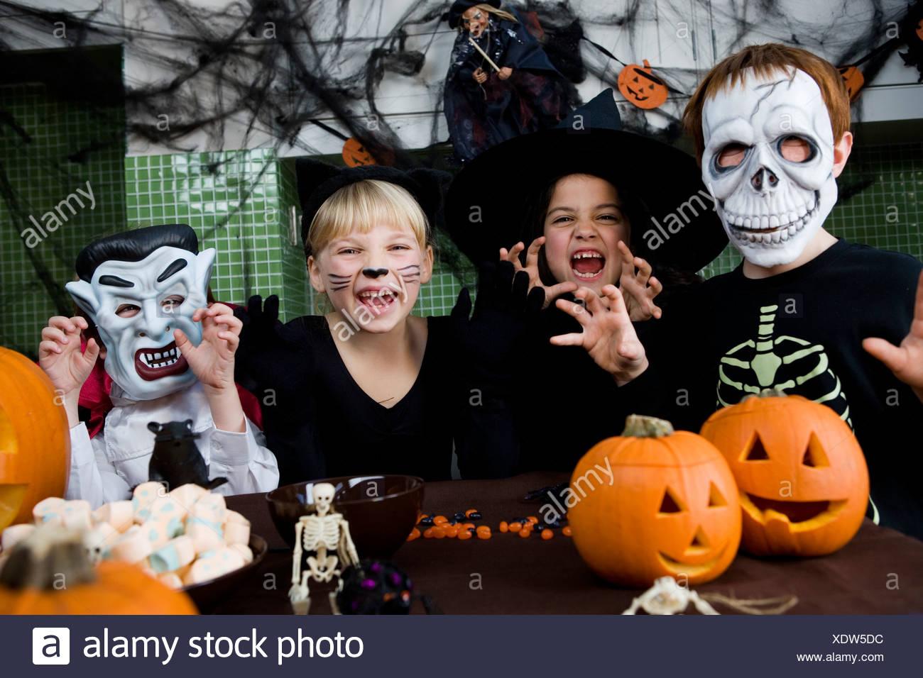 Vier Freunde auf einer Halloweenparty Stockbild