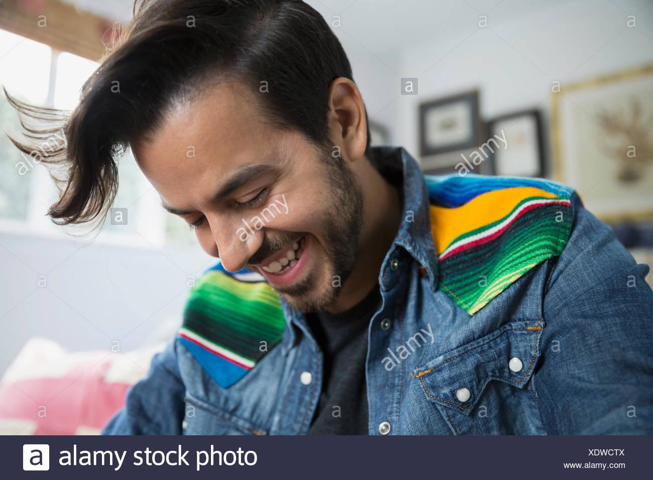 Porträt, brünett Mann blickte lächelnd Stockbild