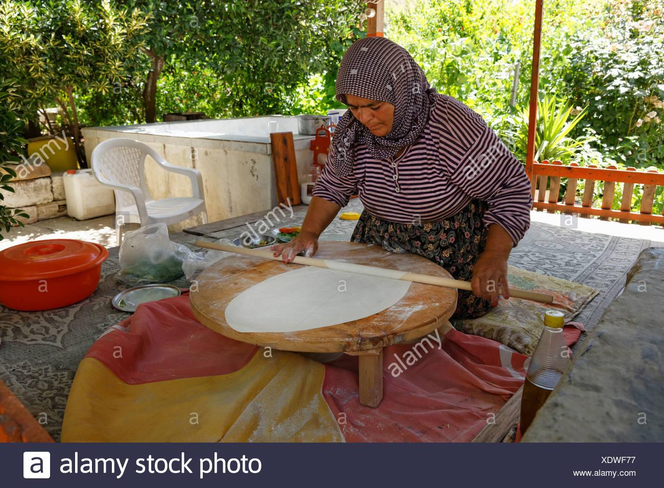 Frau Teig für Goezleme Fladenbrot, Anatolische Küche, Provinz