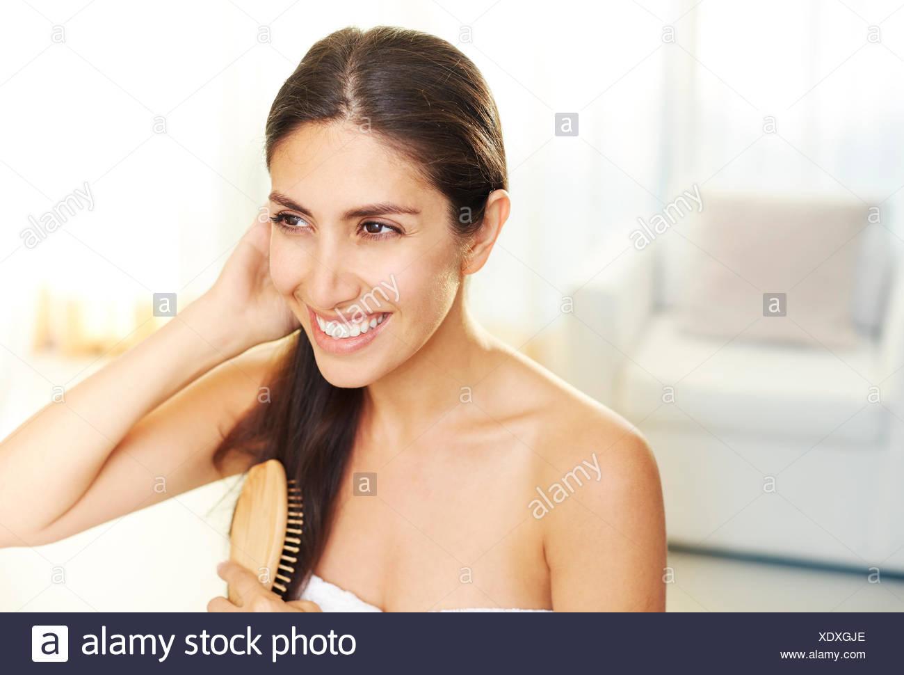 Lächelnde Brünette Frau Bürsten Haare Stockbild