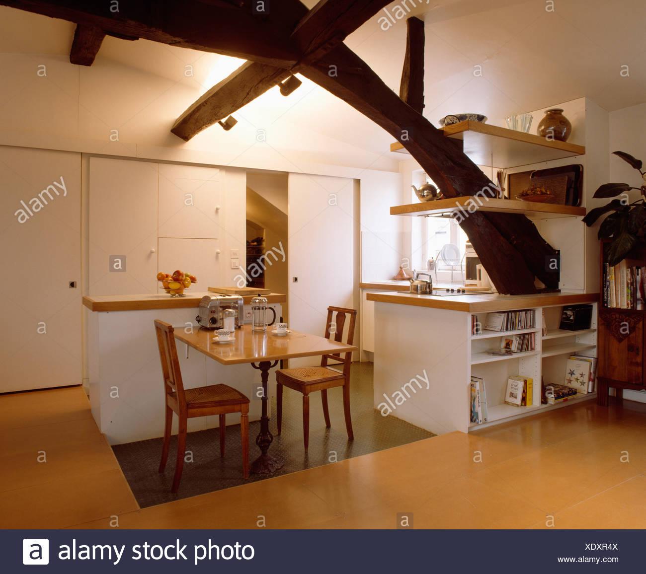 Holztisch Und Stuhle Im Weissen Loft Kuche Esszimmer Mit Regalen Auf