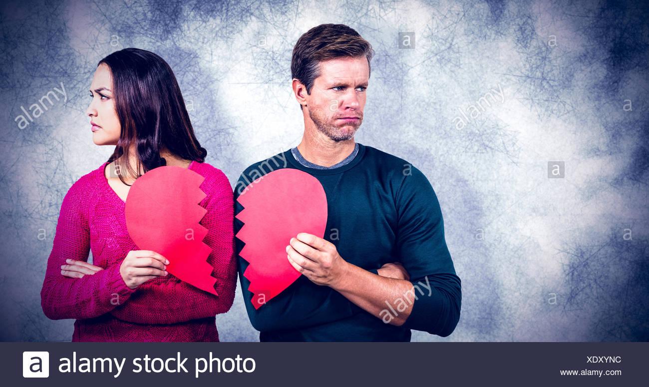 Zusammengesetztes Bild von Ernst paar halten geknackt Herzform Stockbild