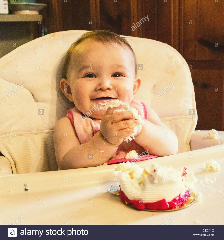Porträt von niedlichen Baby mit schmutzige Hände zu Hause Stockbild