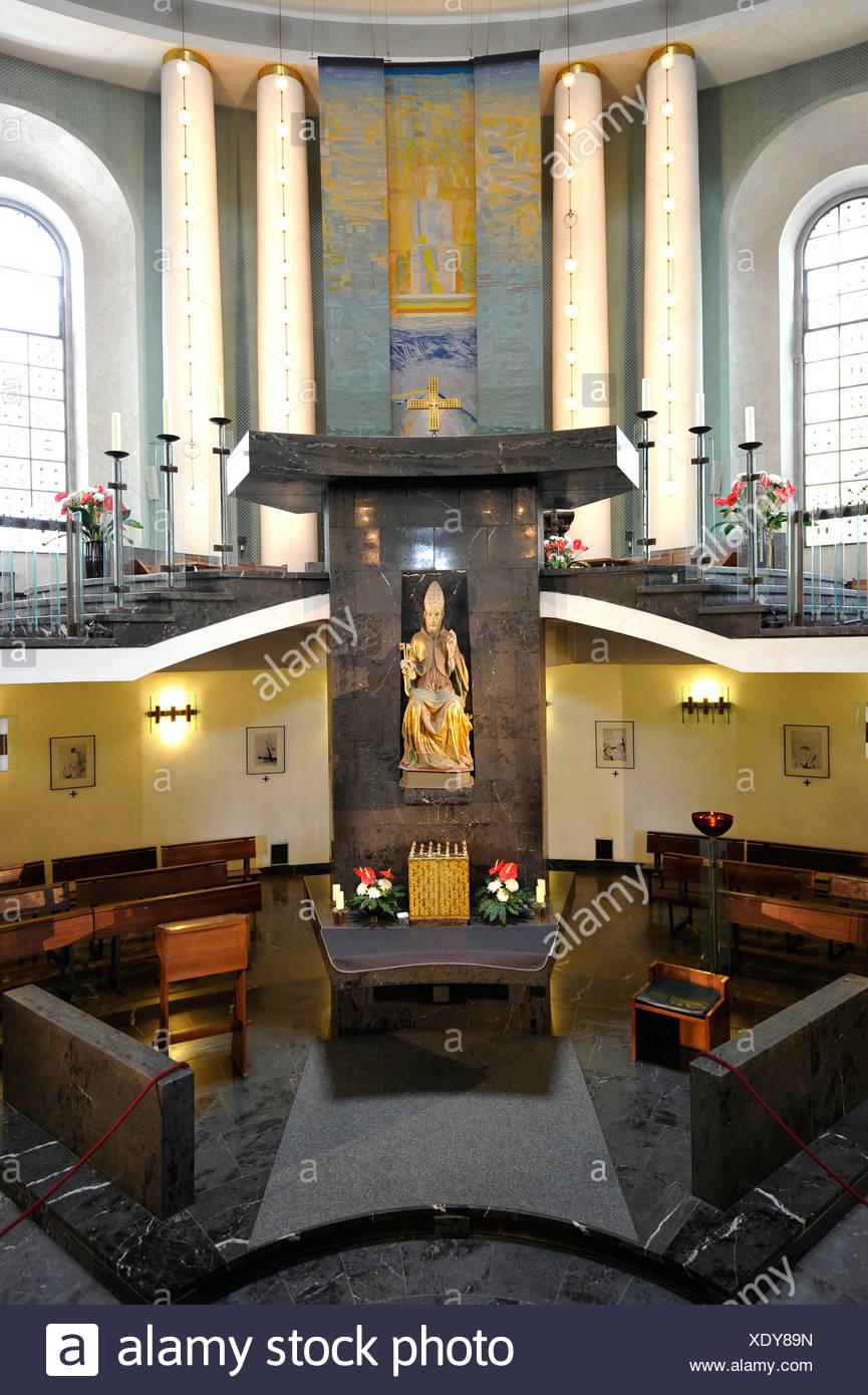 Innenraum mit dem Heiligtum und Chor der St. Hedwigs Kathedrale, die erste katholische Kirche in Berlin, Mitte, Berlin Stockbild