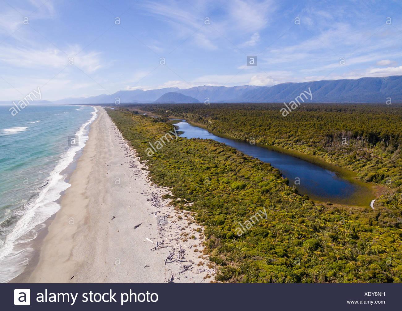 Aerial View, Strand und Küstenblick, moderate Regenwald und See, Südalpen, Ship Creek, Haast, West Coast, New Zealand Stockfoto