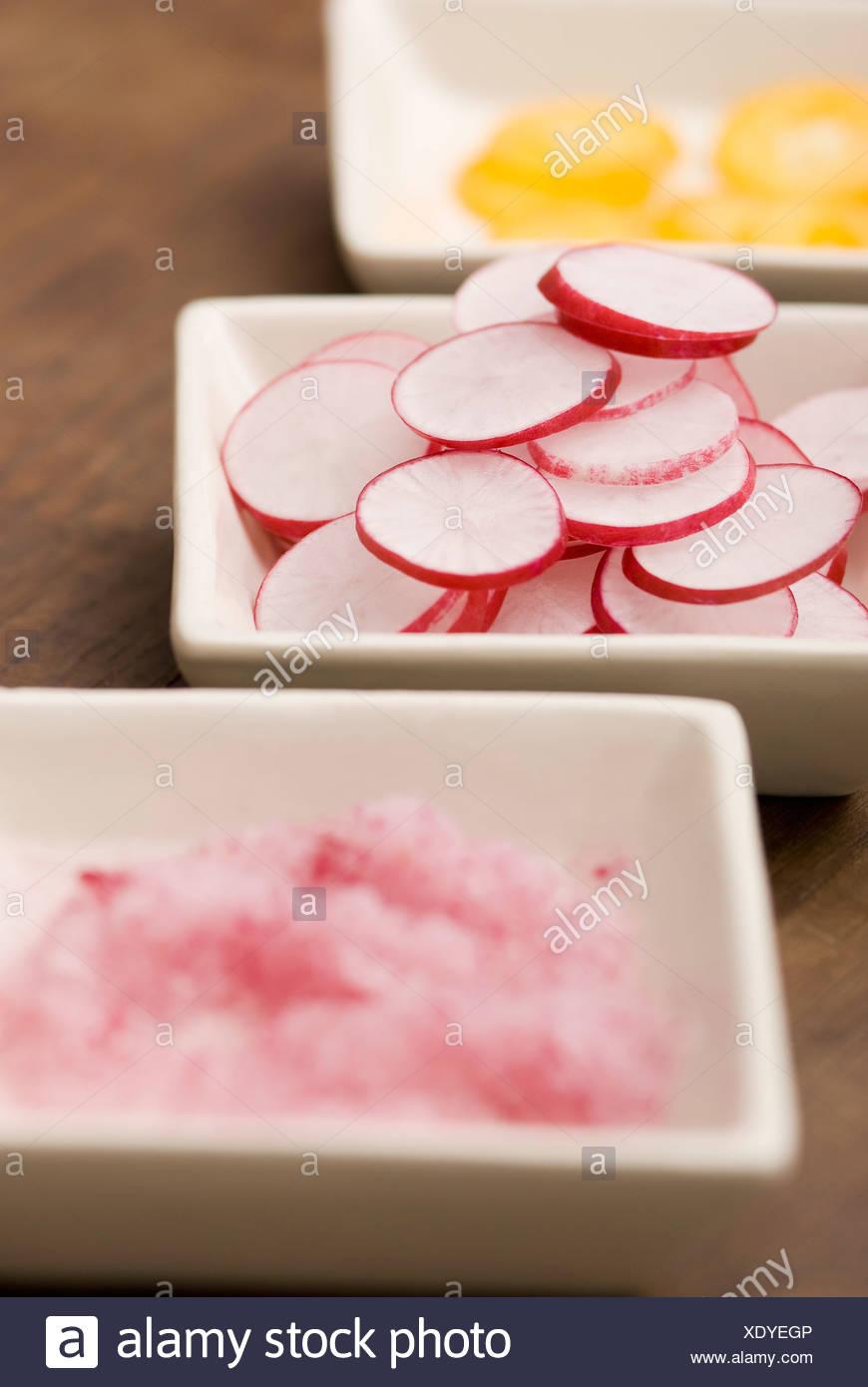 Gerichte von Rosa in Scheiben geschnittene Radieschen Stockbild