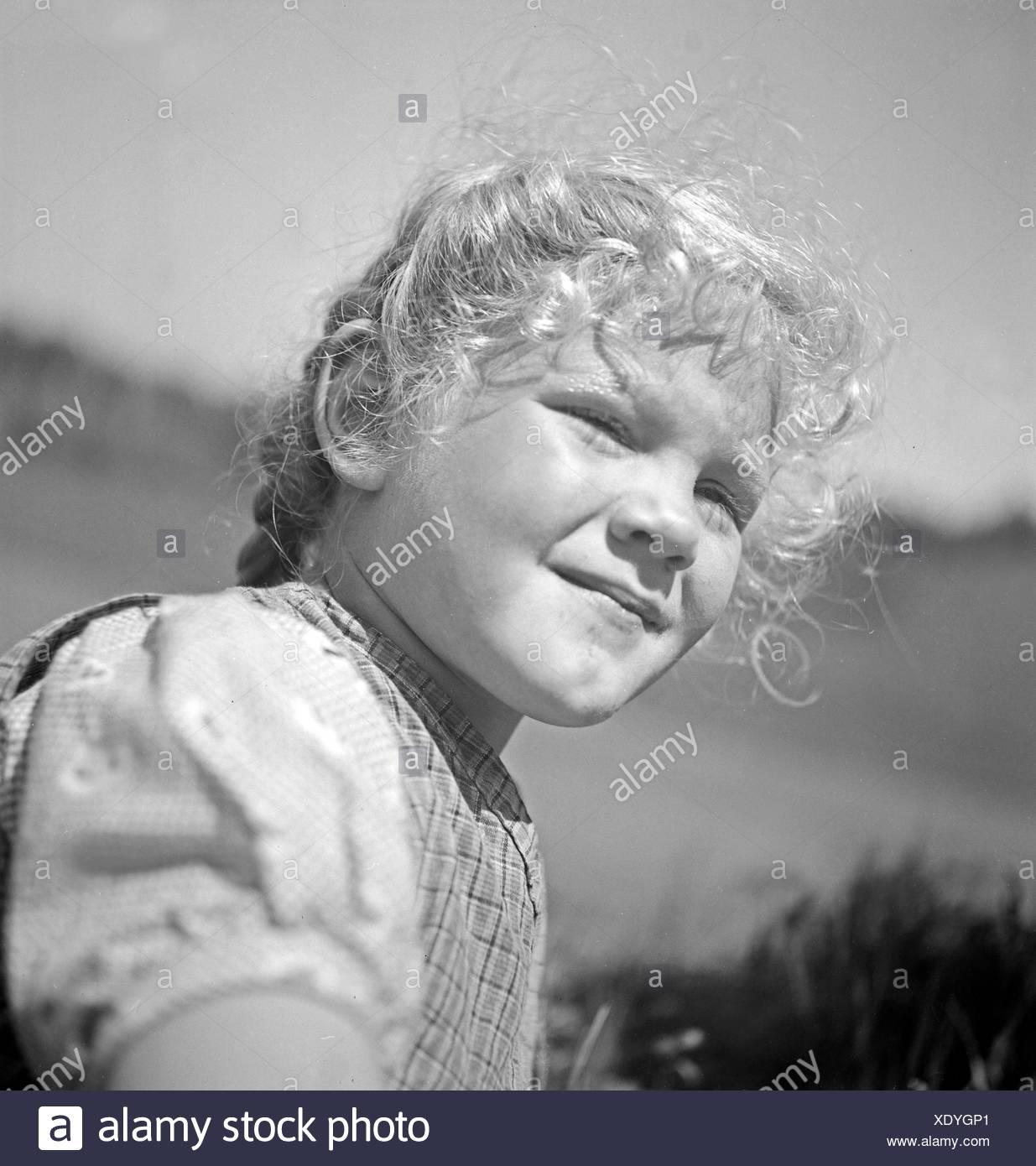 Porträt Eines Kleinen Mädchen in Den Bergen von Österreich, 1930er Jahre. Porträt eines Mädchens in den Bergen von Österreich, 1930er Jahre. Stockbild