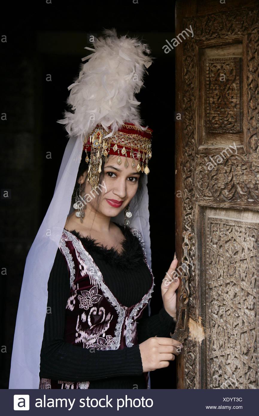 Usbekische traditionell gekleideten Frau Performer im Palazzo Toshhovli in Chiwa Usbekistan Stockbild