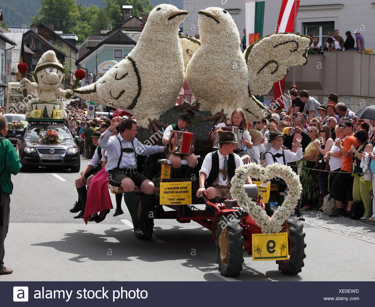 Konvoi mit Figuren aus Narzissen Narzissenfest Narcissus-Festival in Bad Aussee, Ausseer Land, Salzkammergut Bereich, Steiermark, A Stockbild