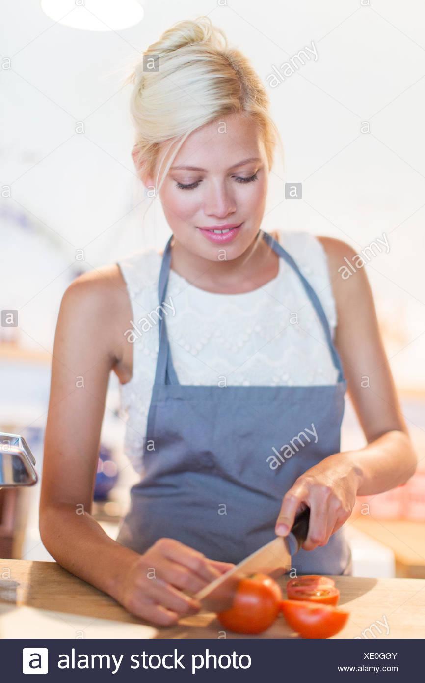 Frau, Schneiden von Gemüse in der Küche Stockbild